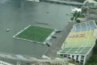 Ez a világ legfurább, tengeren úszó focipályája