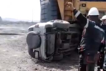 Laposra taposta a bányagép a Suzukit, az utasok épp ki tudtak ugrani