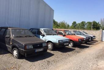 Évek óta elhagyva áll ez a Lada kereskedés, bent az új autókkal