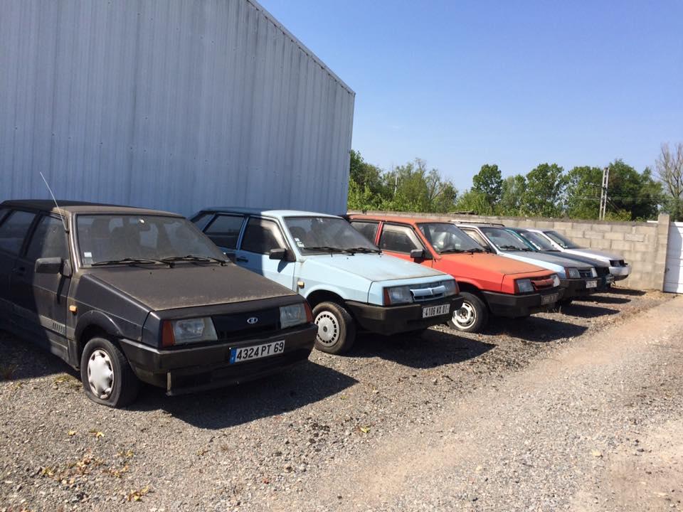 Évek óta elhagyva áll ez a Lada kereskedés, bent az új autókkal 2