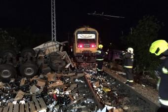 Vonattal ütközött, cafatokra szakadt egy kamion Sátoraljaújhelyen