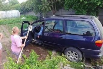 Kerítésen át hajtott veteményesbe a totál részeg autós