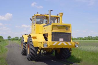 Mai napig lenyűgöző ereje van egy V12-es öreg orosz traktornak