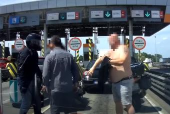 Kemény balhé egy fizetőkapunál: nyomuló motoros zúzta le az autóst