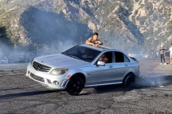 Fájdalmas csattanással ért véget a Mercedes gumiégetési mutatványa