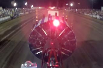 A sofőr szemszögéből látszik igazán, milyen brutális erők szabadulnak el egy traktorhúzó versenyen