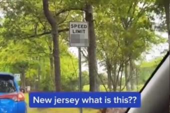 Furcsa sebességkorlátozó táblát vettek videóra, de van rá magyarázat