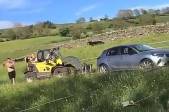 A dühös farmer targoncával borította fel a birtokára parkolt autót