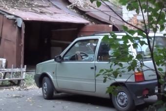 Apró garázs, apró autó, hatalmas küzdelem