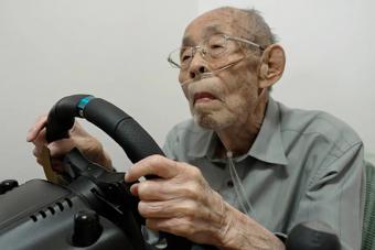 A 93 éves volt taxisofőr most szimulátoron éli meg a vezetés szenvedélyét