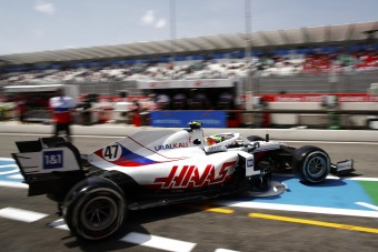 F1: Nem bír Schumacherékkel a Haas-főnök