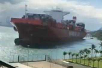 Így tarolta le a kikötőt egy 330 méteres teherhajó