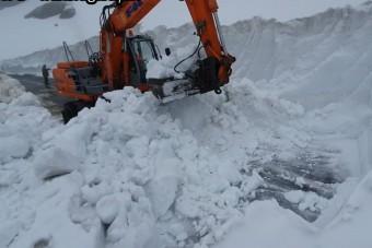 Romániában nyolcméteres hóval küzdenek