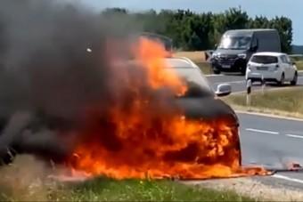 Lángokba borult egy BMW Sárváron, videóra vették