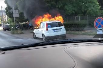 Szép nagy lángokkal égett egy autó a Puskás Stadionnál