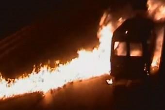 Egy kisbusz gyakorlatilag felgyújtotta az M7-es völgyhidat
