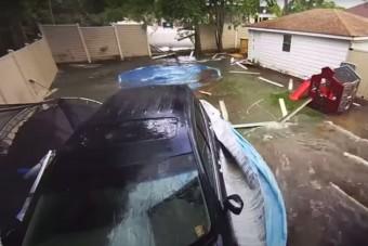 Becsapódott egy kerti medencébe, majd a trambulint is szétcsapta az autós