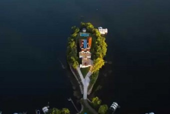 Kilátás a tóra, saját mozi, és nyolcautós garázs jár ehhez az álomotthonhoz