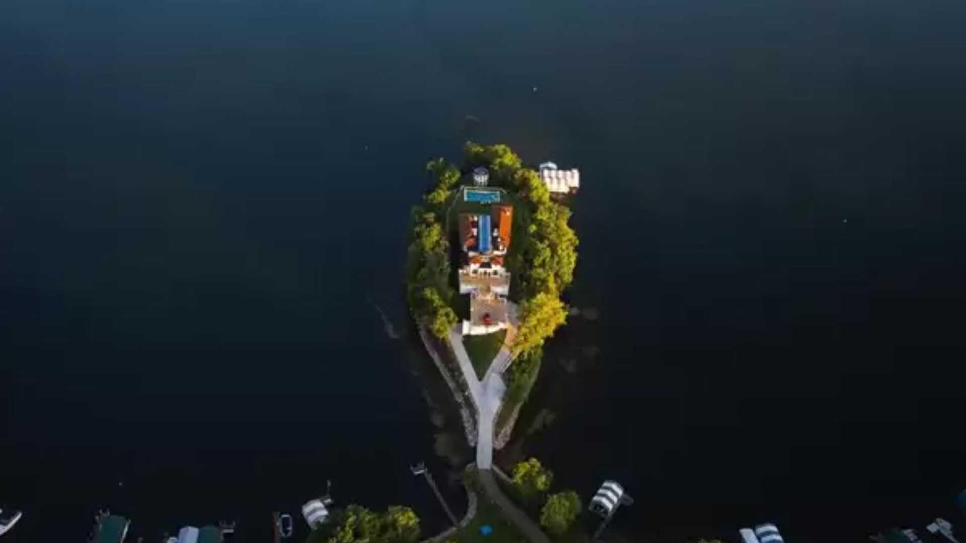 Kilátás a tóra, saját mozi, és nyolcautós garázs jár ehhez az álomotthonhoz 1