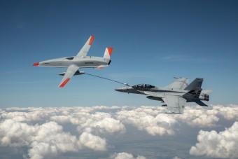 Mérföldkő: drónból tankoltak meg egy repülőt a levegőben