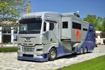 Ilyen egy különleges magyar lószállító teherautó