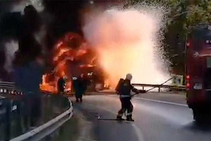 Lángolt, aztán robbant egy daruskocsi az M0-son