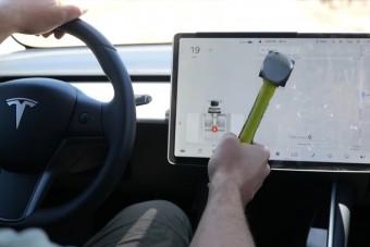 Drága mulatság volt szétverni egy Tesla kijelzőjét
