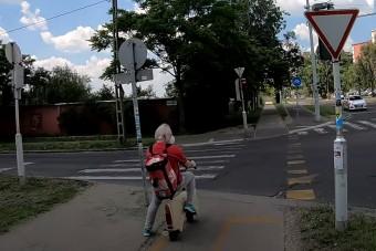 Trabant-testű elektromos rollerrel jár egy idős úr Budapesten