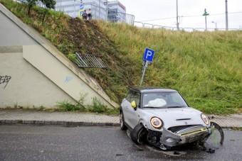 Lecsúszott az Árpád-híd felhajtójáról egy bérelhető autó