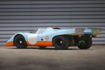 A benzin istenéhez intézett vallási szertartás, ahogy a Porsche 917 K beindul