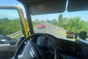 Szemben ment volna az M3-asra egy autós, de szerencséjére jött egy kamionos