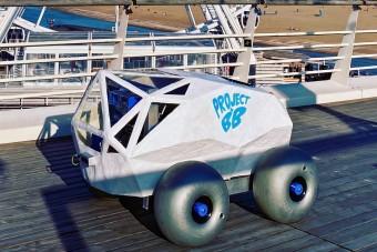 Négykerekű robot tisztítja a vízpartot