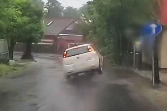 Csúnyán elintézte a Fiatot egy csatornafedél Gödöllőn