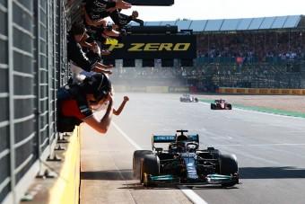 Hamilton: Verstappen nem hagyott helyet