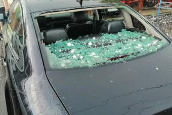 Ilyen károkat okozott a tegnapi jég, nem kímélte az autókat sem