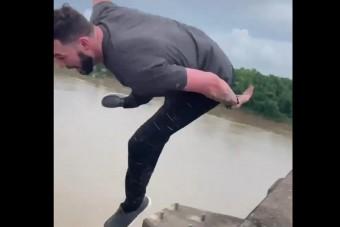 Unatkozott a dugóban, beugrott az aligátorok közé a hídról
