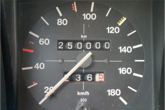 Közel egymillió kilométerrel tekerték vissza egy teherautó kilométeróráját