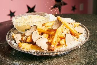 Hatvanezer forint a világ legdrágább sültkrumplija, heteket állnak érte sorba