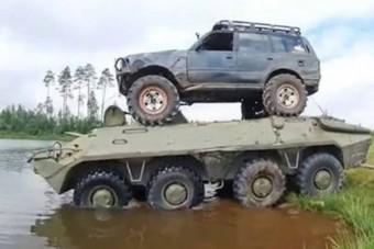 Átviszi a katonai csapatszállító hátán tartva ezt a terepjárót a túlsó partra?