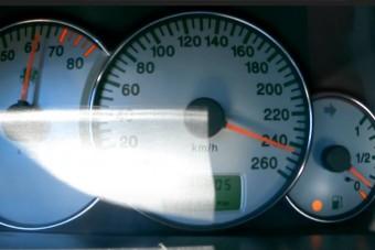 Padlógázon ennyit tud az öreg csúcs-Alfa Romeo, de az üzemanyagszintet érdemes figyelni