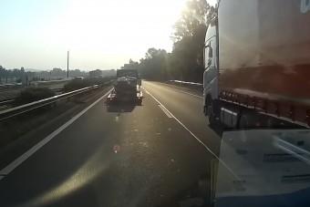 Kiszakadt egy utánfutó kereke az M3-ason