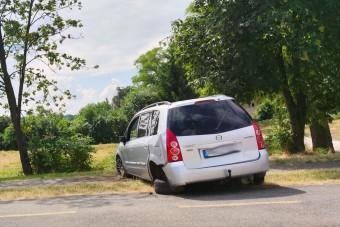 Egy hónapja áll keresztbe egy autó egy miskolci járdán és bringaúton