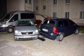 Fiatalok kötöttek el egy autót, azzal a lendülettel össze is törték