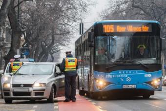 Még mindig sok autós akar időt nyerni a fővárosi buszsávokban