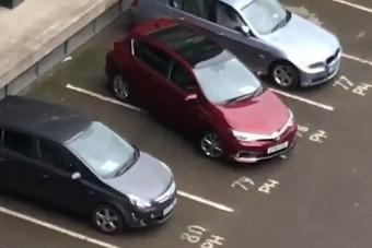 Kínos kabaréba torkollott ez a parkolás – percekig tartott a küzdelem