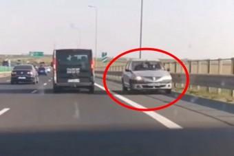 Autók tucatjai hajtottak fel a forgalommal szemben egy román sztrádára