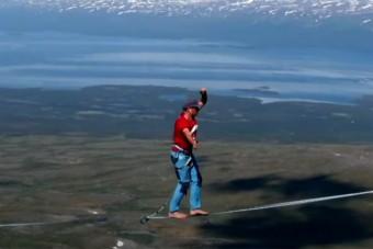 600 méter magasban sétáltak két kilométert egy kötélen