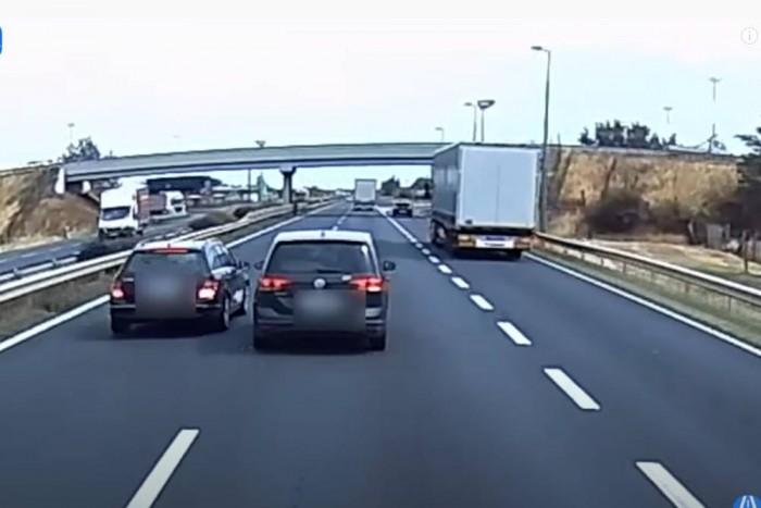 Közveszélyes kakaskodó autósokat vettek videóra az M1-esen