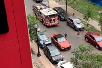 Kényelmesen sétált vissza autójához, pedig mögötte szirénázott a tűzoltó