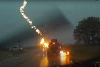Látványos, nagy felbontású felvételen, ahogy villám csap egy autóba